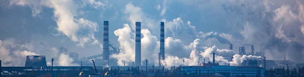 marché du carbone, fumée sortant de cheminées d'usine